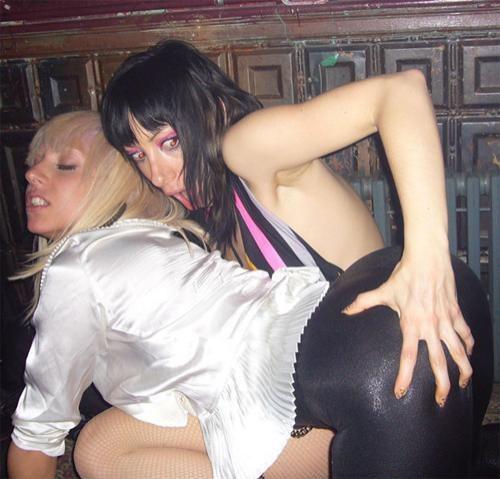На сей раз фотографам удалось заснять певицу со своей давней подругой, ди-джеем Леди Старлайт, в клубе St Jerome's.